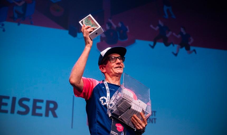 Guillermo anunciando a la ganadora del premio en los DEISER Enterprise Days 2018