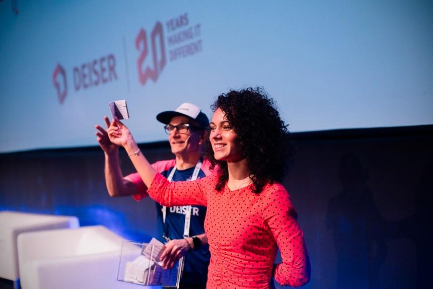 Vanesa Tejada de Lastiminute Group seleccionó al azar a la ganadora de un iPhone en los DEISER Enterprise Days 2018